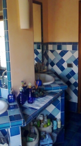Realizzazione dei lavabi in muratura con rivestimento in ceramiva